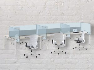 Oficinas con equipamiento de mamparas de protección anticontagio laterales